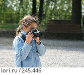 Купить «Девочка с фотоаппаратом», фото № 245446, снято 6 апреля 2008 г. (c) Demyanyuk Kateryna / Фотобанк Лори
