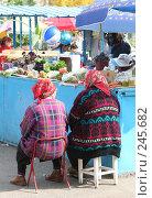 Купить «Уличный рынок. Продавцы-пенсионерки в ожидании покупателей», фото № 245682, снято 1 октября 2006 г. (c) Наталья Чуб / Фотобанк Лори