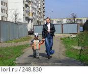 Купить «Молодая женщина с ребенком идут по улице», эксклюзивное фото № 248830, снято 11 апреля 2008 г. (c) lana1501 / Фотобанк Лори