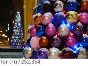 Купить «Елка из новогодних шаров на улице у мэрии г. Мурманска», эксклюзивное фото № 252354, снято 20 января 2008 г. (c) Иван Мацкевич / Фотобанк Лори