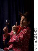 Купить «Мужчина в красной рубашке и шляпе общается со зрителями», фото № 253474, снято 22 марта 2008 г. (c) Harry / Фотобанк Лори