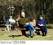 Люди отдыхают на лавочке в Измайловском лесу, Москва (2008 год). Редакционное фото, фотограф lana1501 / Фотобанк Лори