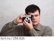 Купить «Мужчина с фотоаппаратом», фото № 258826, снято 27 марта 2008 г. (c) Anna Kavchik / Фотобанк Лори