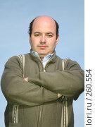 Купить «Серьезный мужчина в шерстяной кофте на молнии», фото № 260554, снято 12 декабря 2018 г. (c) Losevsky Pavel / Фотобанк Лори