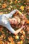 Голубоглазая блондинка лежит на траве среди  осенней листве, фото № 261106, снято 23 октября 2016 г. (c) Losevsky Pavel / Фотобанк Лори