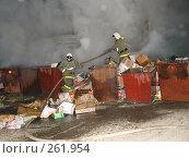 Купить «Пожарные тушат горящею свалку», фото № 261954, снято 23 марта 2019 г. (c) Константин Босов / Фотобанк Лори