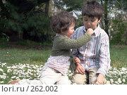 Купить «Дети едят маргаритки», фото № 262002, снято 24 апреля 2008 г. (c) Екатерина Соловьева / Фотобанк Лори