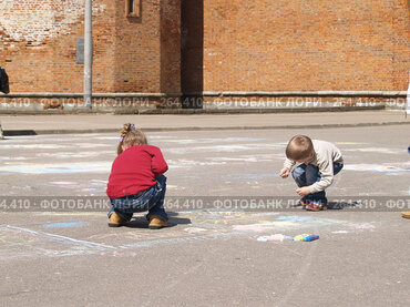 Купить «Дети рисующие на асфальте», фото № 264410, снято 26 апреля 2008 г. (c) Примак Полина / Фотобанк Лори