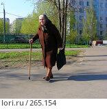 Купить «Пожилая женщина идет по Усурийской улице. Гольяново, Москва», эксклюзивное фото № 265154, снято 28 апреля 2008 г. (c) lana1501 / Фотобанк Лори
