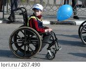 Купить «Мальчик едет на инвалидной коляске с голубым шариком в руках», фото № 267490, снято 1 мая 2004 г. (c) Виктор Филиппович Погонцев / Фотобанк Лори