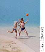 Купить «Молодые люди играют в мяч», фото № 268722, снято 26 июня 2007 г. (c) Серёга / Фотобанк Лори