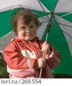 Купить «Маленькая девочка держит зонт», фото № 269554, снято 2 мая 2008 г. (c) Екатерина Соловьева / Фотобанк Лори