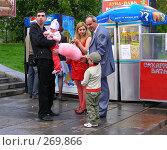 Семья на прогулке в парке (2008 год). Редакционное фото, фотограф lana1501 / Фотобанк Лори