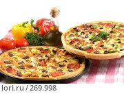 Купить «Натюрморт с двумя пиццами, оливковым маслом и овощами. Белый фон», фото № 269998, снято 17 мая 2007 г. (c) Татьяна Белова / Фотобанк Лори