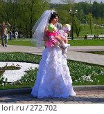"""Москва. Парк """"Царицыно"""". Невеста держит на руках двух маленьких детей (2008 год). Редакционное фото, фотограф lana1501 / Фотобанк Лори"""