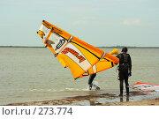Кайтсерфер держит кайт, фото № 273774, снято 4 мая 2008 г. (c) Сергей Литвиненко / Фотобанк Лори
