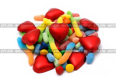 Купить «Шоколадные сердечки, жевательный мармелад и драже на белом фоне», фото № 277478, снято 9 февраля 2008 г. (c) Марианна Меликсетян / Фотобанк Лори
