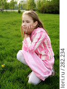 Девочка сидит на траве. Стоковое фото, фотограф Варвара Воронова / Фотобанк Лори