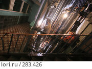 Купить «Рабочий производит сварочные работы в шахте старого лифта перед установкой новой кабины», фото № 283426, снято 21 марта 2008 г. (c) Владимир Катасонов / Фотобанк Лори