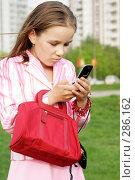 Девочка отправляет смс. Стоковое фото, фотограф Варвара Воронова / Фотобанк Лори