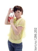 Купить «Красивая девушка держит бутылку с вином», фото № 286202, снято 12 мая 2008 г. (c) Михаил Малышев / Фотобанк Лори
