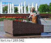 Купить «Пожилая женщина кладет цветы к памятнику на Поклонной горе в Москве», эксклюзивное фото № 289042, снято 8 мая 2008 г. (c) lana1501 / Фотобанк Лори