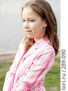 Задумчивая девочка у реки. Стоковое фото, фотограф Варвара Воронова / Фотобанк Лори