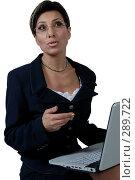 Купить «Деловая женщина за ноутбуком обращается к впереди стоящему», фото № 289722, снято 4 мая 2007 г. (c) Марианна Меликсетян / Фотобанк Лори