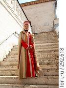 Купить «Девушка в национальной одежде на ступенях храма», фото № 292618, снято 30 апреля 2006 г. (c) Александр Максимов / Фотобанк Лори