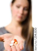 Купить «Таблетки на женской ладони», фото № 294830, снято 22 сентября 2007 г. (c) Вадим Пономаренко / Фотобанк Лори