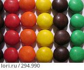 Купить «Разноцветные, глазированные, круглые конфеты на белом фоне», фото № 294990, снято 18 мая 2008 г. (c) Заноза-Ру / Фотобанк Лори