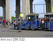 Купить «Люди отдыхают в парке», эксклюзивное фото № 295522, снято 1 мая 2008 г. (c) lana1501 / Фотобанк Лори