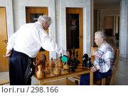 Купить «Старики играющие в шахматы», эксклюзивное фото № 298166, снято 23 апреля 2008 г. (c) Дмитрий Неумоин / Фотобанк Лори