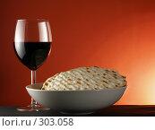 Купить «Вино и маца», фото № 303058, снято 26 января 2007 г. (c) Роман Сигаев / Фотобанк Лори