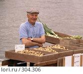 Торговец на Хельсинском рынке. Финляндия. Редакционное фото, фотограф Free Wind / Фотобанк Лори