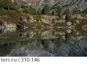 Купить «Берег горного озера», фото № 310146, снято 14 ноября 2018 г. (c) Андрей Пашкевич / Фотобанк Лори