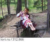 Девушка на корнях. Стоковое фото, фотограф Гордиенко Данил / Фотобанк Лори
