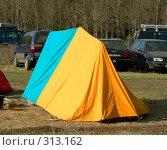 Купить «Яркая палатка в лесу», фото № 313162, снято 18 сентября 2018 г. (c) Вера Тропынина / Фотобанк Лори