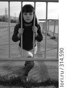Девочка за железной оградой. Стоковое фото, фотограф Варвара Воронова / Фотобанк Лори