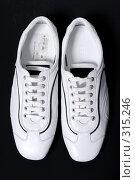 Купить «Белые туфли на черном фоне», фото № 315246, снято 29 мая 2007 г. (c) Илья Лиманов / Фотобанк Лори