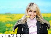 Купить «Девушка с цветком в зубах», фото № 318154, снято 14 мая 2008 г. (c) BestPhotoStudio / Фотобанк Лори