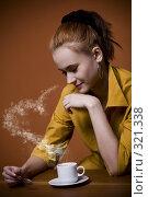 Купить «Девушка с чашкой горячего кофе», фото № 321338, снято 30 декабря 2007 г. (c) Лисовская Наталья / Фотобанк Лори