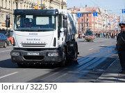 Купить «Уборочные машины замыкают карнавальное шествие по Невскому проспекту», эксклюзивное фото № 322570, снято 24 мая 2008 г. (c) Александр Щепин / Фотобанк Лори