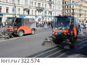 Купить «Уборочные машины замыкают карнавальное шествие по Невскому проспекту», эксклюзивное фото № 322574, снято 24 мая 2008 г. (c) Александр Щепин / Фотобанк Лори
