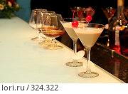 Купить «Бокалы на столе бара в ресторане», фото № 324322, снято 11 июня 2008 г. (c) Татьяна Белова / Фотобанк Лори