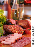 Купить «Натюрморт с колбасами, мясом копченым, овощами, вином и шампанским», фото № 324334, снято 5 ноября 2005 г. (c) Татьяна Белова / Фотобанк Лори