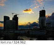 Купить «Строительство Москва-Сити, закат», фото № 324962, снято 11 августа 2006 г. (c) Дмитрий Яковлев / Фотобанк Лори