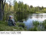 Купить «Рыбак, сидящий на берегу реки Малая Суна. Карелия», фото № 325198, снято 13 июня 2008 г. (c) Сергей Костин / Фотобанк Лори