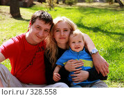 Купить «Счастливая семья на природе», фото № 328558, снято 21 февраля 2018 г. (c) Гладских Татьяна / Фотобанк Лори