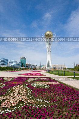 Купить «Астана. Вид на Байтерек», фото № 329282, снято 15 июня 2008 г. (c) Михаил Николаев / Фотобанк Лори